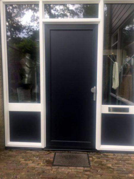Kunststof voordeur geplaatst aan Rietdekkerdreef 301 in Apeldoorn door ETD kozijn.