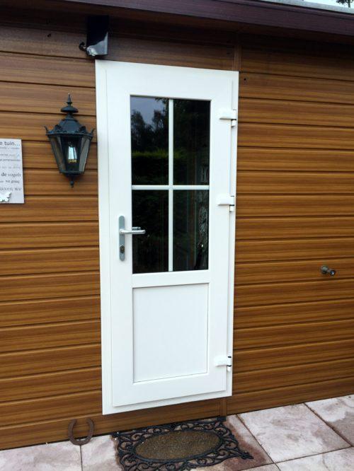 Kunststof deur in Chalet in Stroe met roedes in het raam.