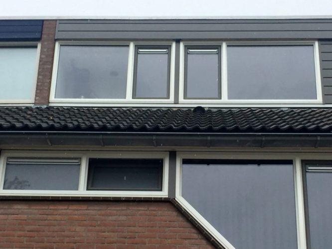 kozijnen op de tweede verdieping vervangen door kunststof en de dakrand vervangen door keralit stroken.
