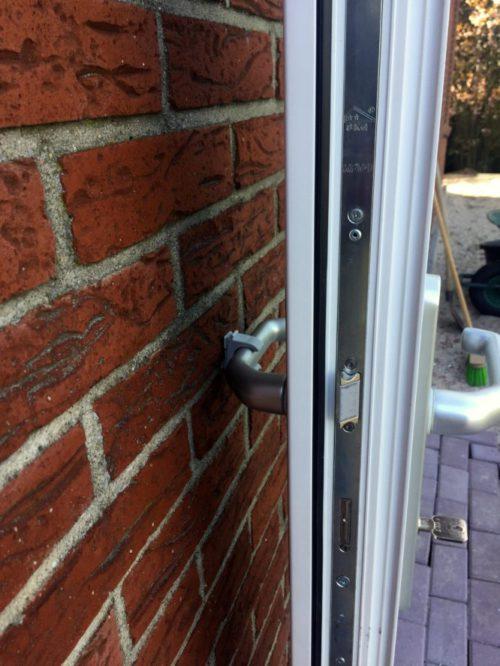 Dhr Vogel heeft een handige deurvanger geplaatst tegen het beschadigen van de deurklink.